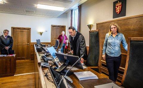 Klar dom: Tingrettsdommer Torbjørn Fjeldstad og meddommerne Monica Knudsen og Roar Hanke Andreassen er ikke i tvil om at tiltalte med vitende og vilje har villedet de fornærmede. Her er de avbildet under rettssaken tidligere i mars.  Til venstre i bildet står aktor Nils Vegard. Forsvarer i saken var Ann Helen Aarø.