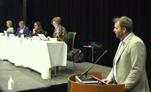 Arne Sekkelsten (Høyre) etterlyser både at kommunen snarest må avklare situasjonen for fremtiden, og at fagforeningene på banen. Her fra bystyrets møte i juni, da har reiste spørsmål om saken.