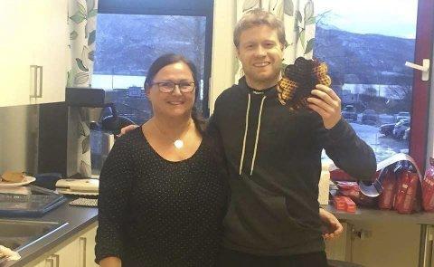HJELPER TIL: Tom Høgli, til høyre, hjelper tilpå kjøkkenen under fotballturnering, noe Vibeke Østnes Johansen setetr pris på.Alle  Foto: Privat