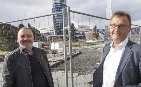 Fornøyde: Lars Skjønnås og Roger Bergersen er fornød med at man har fått til en skikkelig spleis for å gjøre narvik sentrum skikkelig persentabelt.Foto: Terje Næsje