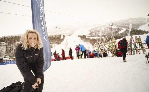 Har troen: Helle Holt (27) trives i jobben sin som markeds- og driftsleder i Narvikfjellet. Holt takket i 2013 nei til et jobbtilbud innenfor reiselivet i Lofoten for å tre inn i sin nåværende stilling. Nå har hun troen på at Narvikfjellet kan etablere seg som et av de 10 beste alpinanleggene i Norge. foto: Kristoffer Klem bergersen