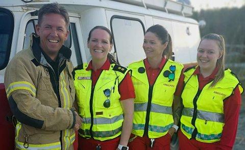 Samarbeid: Brannkorpset og ambulansetjenesten i Ballangen har et nært samarbeid. Her tar Hugo Stormo ambulansearbeider Nina Weisner i hånda etter å ha gitt henne den gledelige nyheten om at brannkorpset bidrar med penger til ambulansetjenesten.