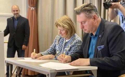 SIGNERT: Daglig leder i Hålogalandsrådet Sturla Bangstad er vitne til at Anne Husebekk (UiT) og Rune Edvardsen (ordfører i Narvik) signerer avtalen som skal knytte Harstad, Narvik og nabokommuner tettere sammen med universitetet. Foto: Simen Loholt