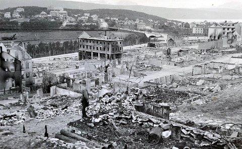 NARVIK 1940: Slik så sentrum ut etter bybrannen 2. juni i 1940. Severin-Danielsen-gården, som i dag huser Ofoten og Midt-Troms Boligbyggelag (OMT BBL) er bygget midt på bildet.