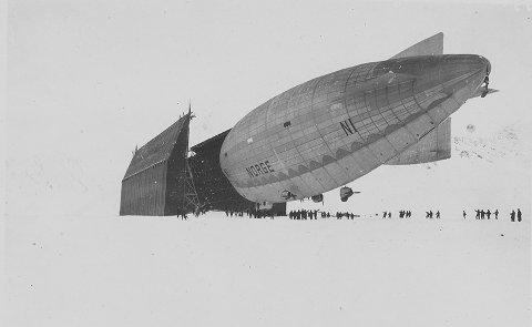 Luftskipet Norge på vei inn i luftskipshallen.