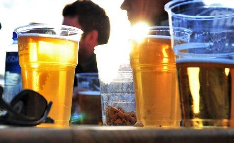 UTELIV: Alkohol og fest får mange til å glemme avstandsreglene. De unge er mer utsatt enn før.