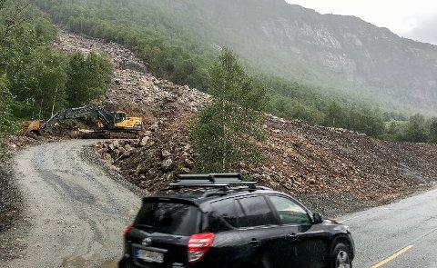 En ny sikringsvoll skal sikre at ikke mer stein raser over fylkesveien.