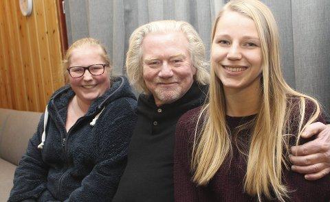 INSPIRERENDE: Lene Heggertveit (til venstre) og Julie Rebecca Flåta synes det er inspirerende å høre på fotograf Morten Krogvold.