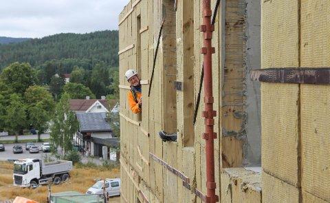 SATSER: Utbygger Bjarne Sand gleder seg over at den fem etasjer høye boligblokka nå reiser seg.