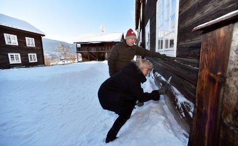 GAMLE HUS: Ådne Norheim mener å ha løst mysteriet med hull og plugger i gamle tømmervegger, og at det er spor etter datidenes primitive stillaser.Arkivfoto: Ketil Sandviken