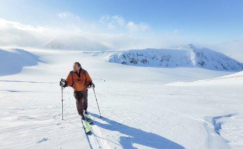 Bjørnar Kruse fra Gausdal jobber i lokalstyret på Svalbard. Her ved Atomfjella, cirka 1.500 meter over havet.