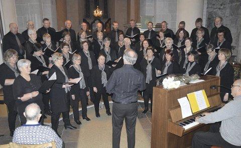 KIRKEKONSERT: Vestre Gran blandede kor i Nikolaikirken søndag.