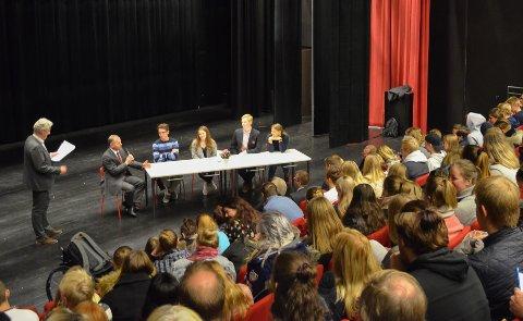 DEBATT: Om lag 100 av skolens elever var samlet for å høre innlegget fra Stortingspresidenten og debatten med fire av skolens elever.