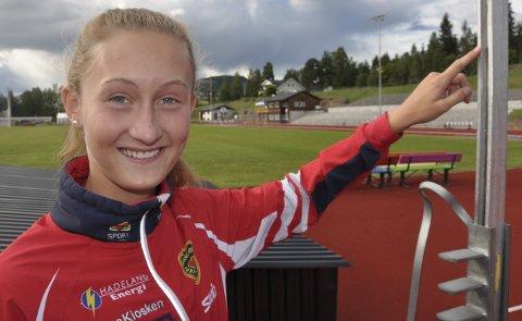 HØYT: Guro Bakken Andresen viser hvor høyt hun må hoppe for å sette ny personlig rekord på 1,74 meter.