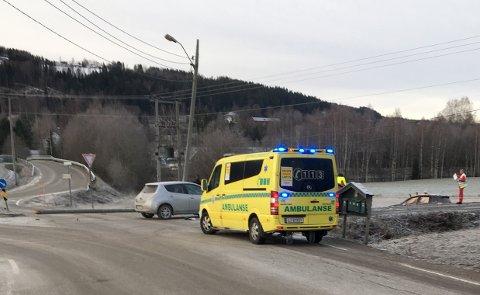 UTFORKJØRING: Bilen havnet ute på jordet etter å ha kjørt ned en stolpe.