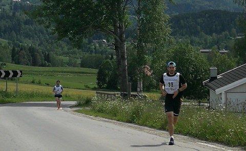 Ola Nygård Snellingen med kontroll på seieren litt over halvveis. Her fulgt av Simen Rustad.