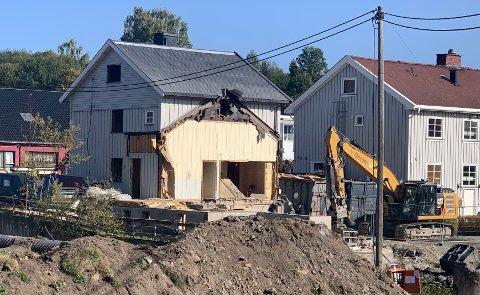 RIVES: Rivingen av bygget som tidligere var eid av Frelsesarmeen er godt i gang i forbindelse med flomsikringsarbeidet i Brandbu.