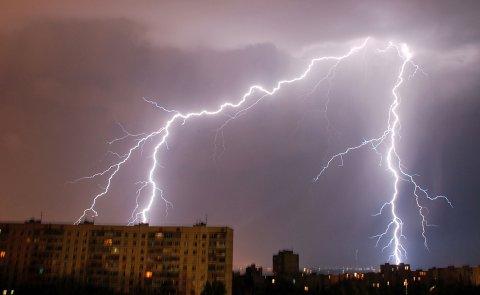FAREVARSEL: Torsdag kveld og natt til fredag er det meldt mye lyn og torden på Østlandet.