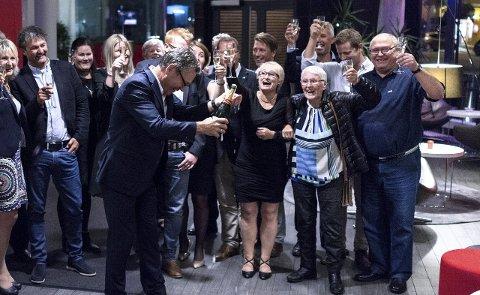 FULL JUBEL: Høyre fikk en ellevilt god oppslutning ved kommunevalget. Det var ikke vanskelig å overtale gjengen til å skåle i champange.