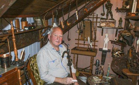 SAMLING: Halvor Norheim med piper og tobakksgjenstander som er en del av det han har samlet gjennom årene.