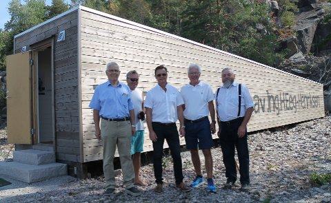 BEGEISTRET: Arne Omholt, ordfører Thor Edquist, som tilfeldigvis kom innom etter en padletur på Iddefjorden, Jørn Berg, Kjell Hagen og Rolf Arild Engebretsen var begeistret over sluttresultatet ved Monolittbruddet.