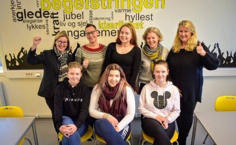 Bak fra venstre: rådmann Alice Reigstad, leder for ungdomsklubben Elisabeth Bach, leder for ARUNG, Camilla Glimsdal, leder for Frivilligsentralen, Nina Krafft Skolleborg. Foran fra venstre: Sarah Hermine Svanberg, Jennie Martine Hanssen og Kristine Majgaard Svendsby.