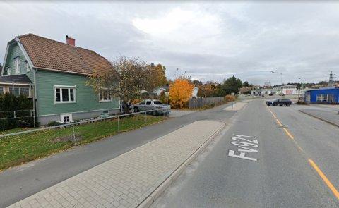 ÅSTEDET: På gang- og sykkelveien til venstre på bildet, rett foran det grønne huset, sto 6-7 gutter i 13-årsalderen og sparket på en annen gutt som lå nede, tirsdag ettermiddag.