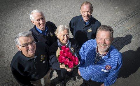 SOLGTE KALENDERE: Kåre Rise (Storhamar Lions), Harald Thorshaug, Marit Dobloug (Hamar Lions), Kjell Morten Edvartsen (Storhamar Lions), Kjell Børresen (Vang Lions) er ferdig med årets kalendersalg.