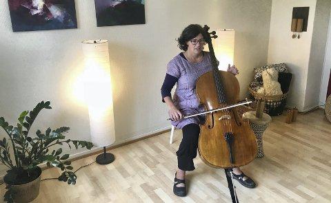 MUSIKALSK ARKITEKT: Gabriele Maria Niedermeier er musiker og sanger. Hun har innredet et klangrom inne på kontorene til arkitekt- og meditasjonsbedriften KlangRom. Alle foto: Jo E. Brenden