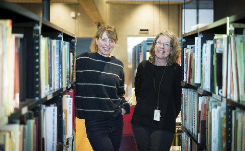 SPENTE: Hamar biblioteks publikumsveiledere, Elise Kristensen og Elin Linge Hermansson, er spente på om lesesirklene i forkant av Norsk litteraturfestival blir suksess. Foto: Jo E. Brenden
