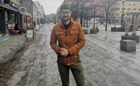 PÅ LETING: Styreleder i Hamar sentrum, Eirik Løvoll, er nå på jakt etter en «by-fluencer», altså en person som kan snakker Hamar sentrums sak på sosiale medier og vise fram byen fra sitt beste. Han venter spent på å gå igjennom søknadene etter at stillingen er utlyst. FOTO: Frank Morgan Bakken