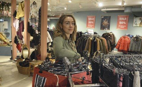 ANGRER IKKE:  Hanne Ødegård har nå vært butikksjef på UFF x Resirkula en måned og angrer ikke på at hun søkte denne jobben i stedet for å etablere en egen vintagebutikk slik planen opprinnelig var. Hun synes trafikken på den nyetablerte butikken har vært god med tanke på pandemien.
