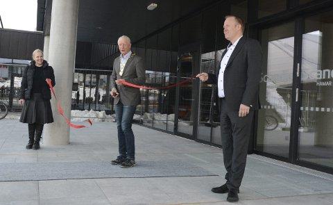 STOLTE: Mandag kunne Einar Busterud klippe snora som symboliserer nyåpningen av Scandic Hamar som lenge ha vært under oppussing. Hotelldirektør Frode Åkerland (t.h) mener det nye bygget er noe å være stolt av. Oppgraderingen har kostet litt i overkant av 200 millioner.