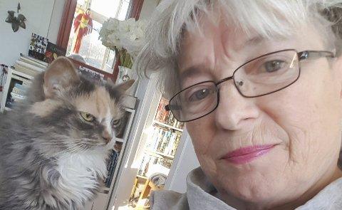 Lagt ned mye arbeid: Anne Gullbjørg Digranes startet arbeidet med FIlm Location Hardanger tilbake i 2013, med mål om at flere film og TV-produksjoner skal legges til Hardanger. Her med katten Florida, som sikkert gleder seg til premieren av Ragnarok. Foto: Privat