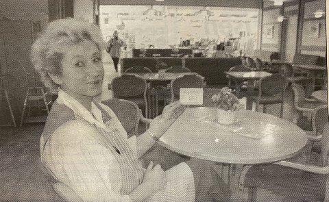 Ingen kunder: Det er tomt i kafeen, kunne Elise Olsen ved  Domus kafè konstatere i 1996.