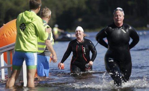 HOPPET I DET: Linda Gräfe fra Haugesund ble overtalt til å være med på triatlon for en måned siden. Da trente hun ikke i det hele tatt. Her har hun gjort seg ferdig med svømmedelen. FOTO: GRETHE NYGAARD