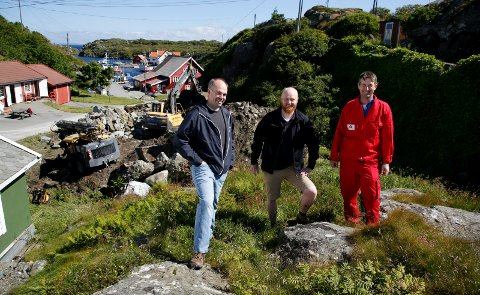 BYGGEPLASS: Alsaker fjordbruk og Røvær fjordbruk bygger Opplevelsessenter på Røvær. Her står Alf Harald Thorsen (f.v.), Kristian Råsberg og  Roald Nedrebø på tomten til nybygget.