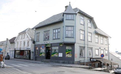 Restaurantene kommer og går i Strandgata 140, tårnhuset midt på bildet. Snart blir det thaimat.