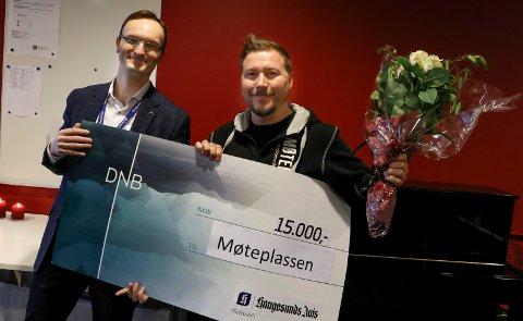 GAVE: Administrerende direktør Øystein Vormestrand med gaven til Møteplassen i Kopervik med ungdomsveileder Thomas Aanerud.