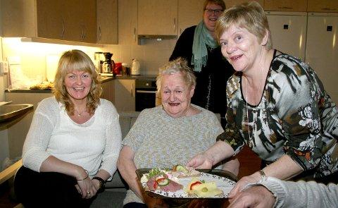 FORNØYD: Mor og datter, Edel og Raina Strøm serveres av Turid Myrnes Olaussen. – Mamma trives godt her, forteller Raina.