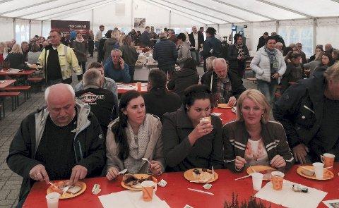TIENDEBYTTEFROKOST: Mellom 1.200 og 1.500 var innom fjorårets frokost i teltet på Torget i Mosjøen.
