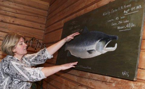 På veggene henger det flust av «skrytebilder» av laks fisket under Laksforsen. Denne ble «Killed by Edith H.N. Kyrke 13. august 1913. Vekta var 40 lbs, altså drøyt 18 kilo.