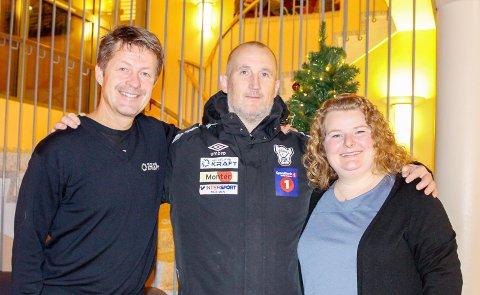 Bidrag: Arild Markussen og Ann-Helen Baadstrand fra Helgeland Kraft ønsker å støtte Tor Paulsens (i midten) arbeide med å skape aktivitet for funksjonshemmede i Mosjøen. Foto: Lise Jeanette Nilsen