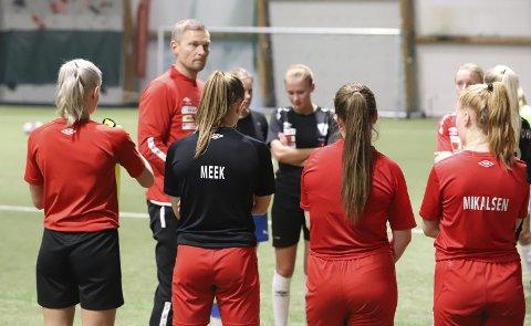 NYTT LAG: I år spilte Halsøy IL i juniorserien, men til neste år er håpet at klubben igjen skal ha seniorlag. Her er Børge Nikolaisen i prat med jentene. Foto: Stian Forland