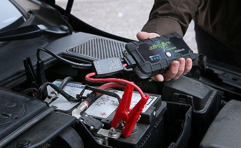 STARTHJELPER: Når du først har havnet i knipe, og står der med flatt batteri, da kan denne hjelpe deg.