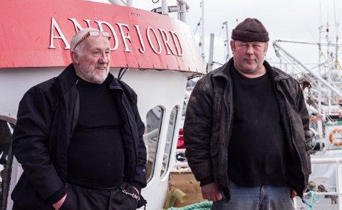 REDD: Oskar Bietilæ (til høyre) drar til Vadsø av frykt for at havneforholdene i nabobyen Vardø skal koste ham skuta. Til venstre står Viggo Holmen, som jobber på Bietilæ sin båt.