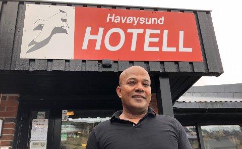 HOTELLEIER: Logen Karthigesan utenfor inngangsdørene til Havøysund Hotell.