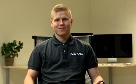 MYE ARBEID: Kristian Aslaksen forteller at han og hans team har brukt rundt ett år på å skape en av Grey Areas nyeste apper.