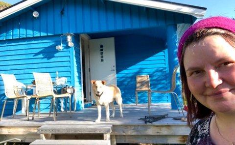 OVERTOK NYLIG: Åsá forteller at det ikke er så lenge siden hun overtok «Blåhytta», på Seiland.