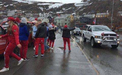 RØDT, HVITT, OG GRÅTT: I fjor var det i det i hvert fall godt vær for å sitte inne i bilen i Hammerfest. Dersom du skal stå ute i år, ser været bedre ut denne gang!
